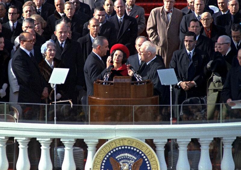 Линдон Джонсон принимает присягу во время его второй церемонии инаугурации, перед зданием Капитолия в Вашингтоне, округ Колумбия, 20 января 1965.jpg