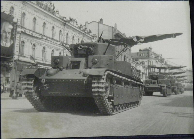 Трёхбашенные средние танки Т-28 проезжают по Крещатику во время военного парада 1 мая 1939 года.