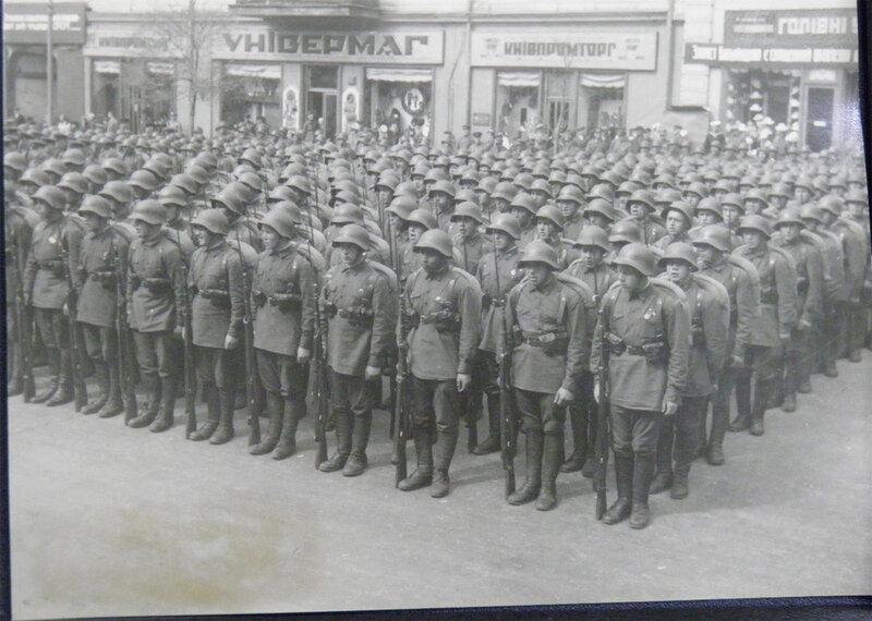 . Парадный строй пехотинцев на Крещатике, 1 мая 1939 года.