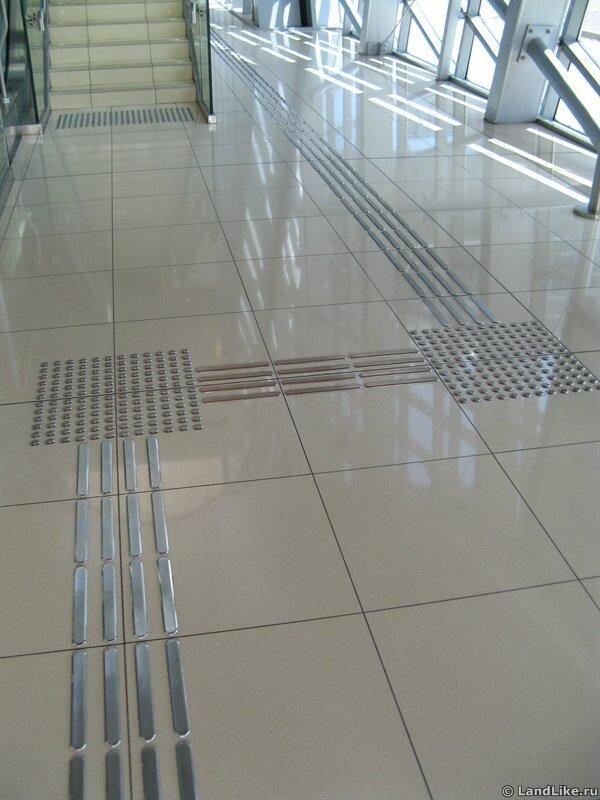 Тактильная плитка для слепых в метро Дубая