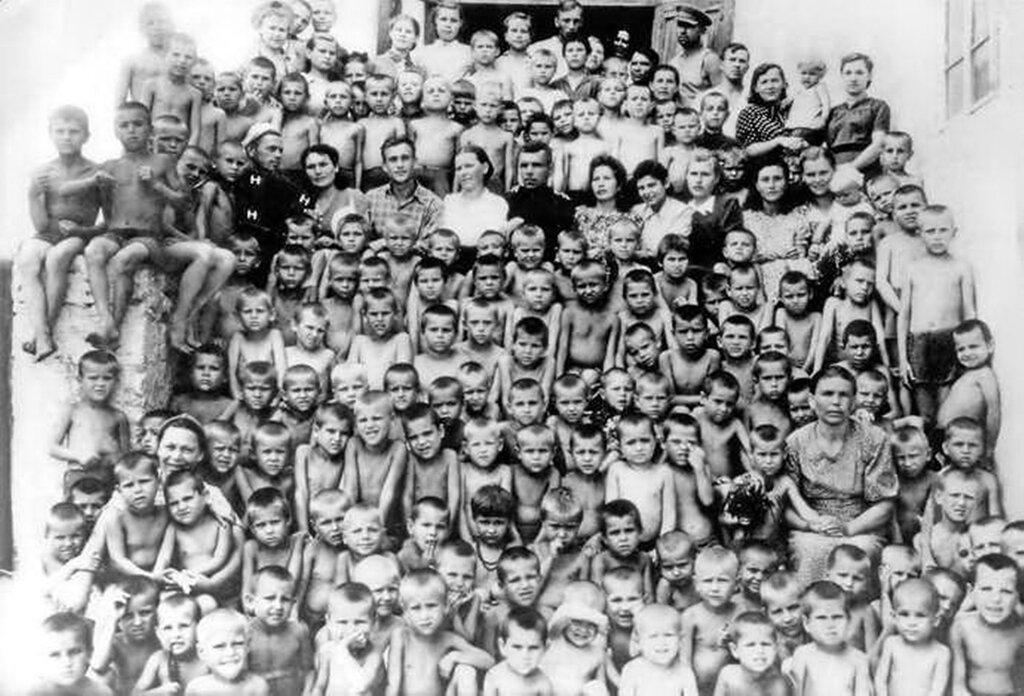 Воспитанники детского дома, сироты, потерявшие родителей на войне. Некоторые из этих детей сами были узниками фашистских концлагерей. Село Малая Лепетиха, Великолепетихский район, Херсонская область.1949 год.