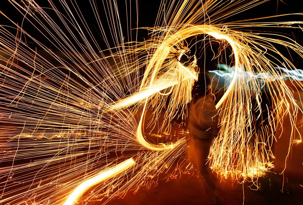 4. Танцующий с бенгальскими огнями суданец в Джубе. (Reuters/Goran Tomasevic)