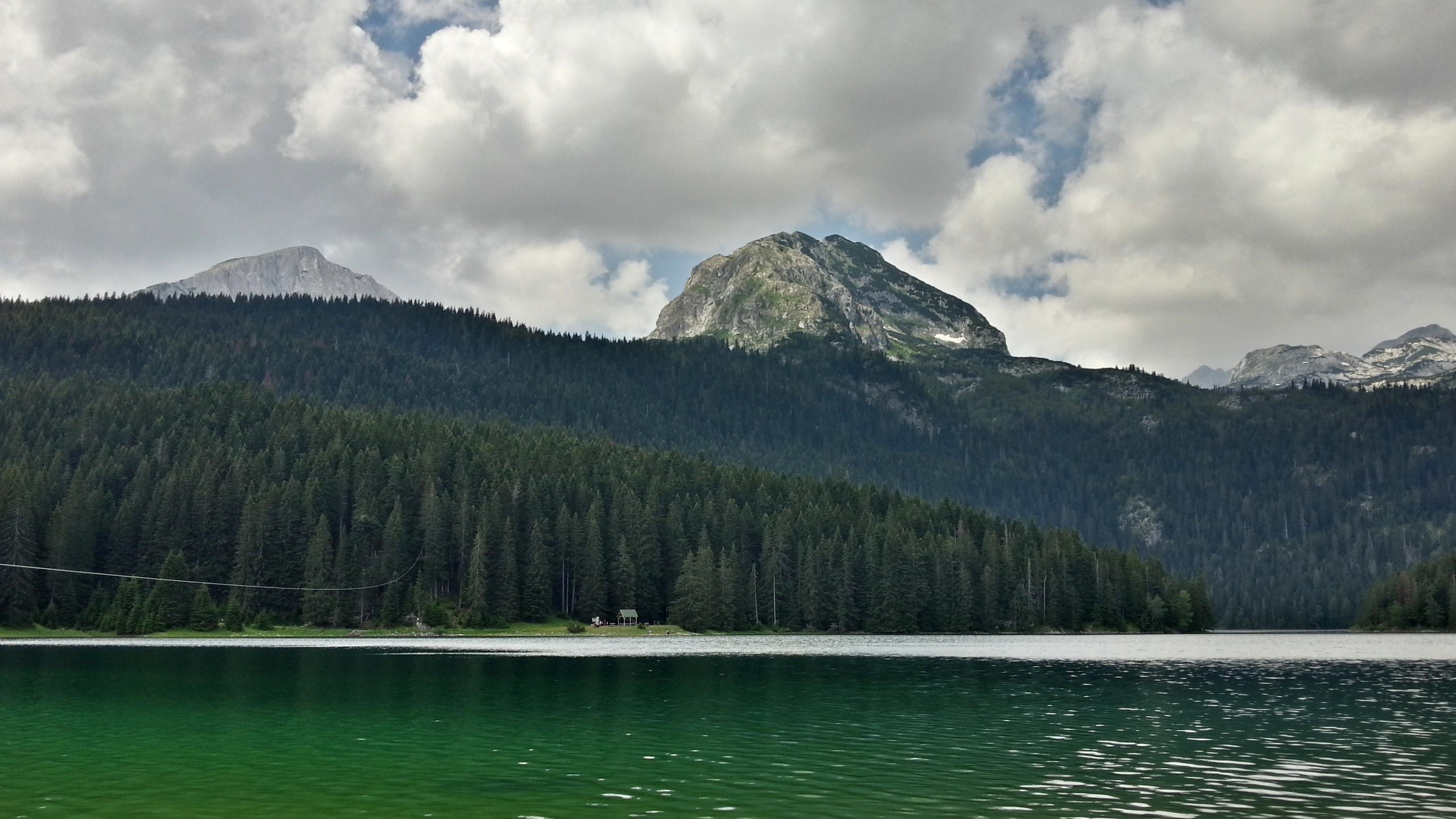 Черное озеро (по виду так зеленое).