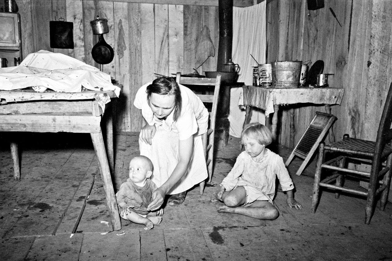 Интерьер дома без окон в котором живет семья испольщика. Миссисипи, 1938