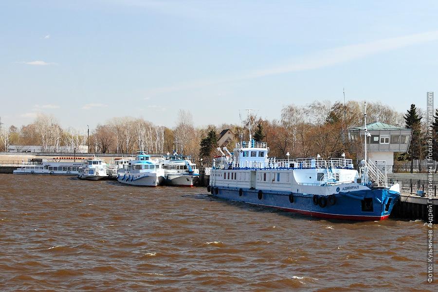 3 мая 2013 года 13:00. Казань. Бывший плавмагазин, участвовавший в ликвидации аварии на Чернобыльской АЭС. Проект судна 2766/45.34. До марта 2001 года назвался «ПМ-634», после переоборудован в плавкафе и переименован в «Адмирал»