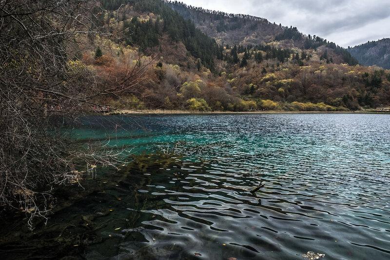 China-озеро парка Цзючжайгоу