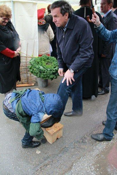 мальчик чистит обувь мэру Новосибирска В.Ф. Городецкому