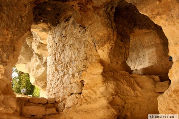 кельи монахов в скале в Болгарии
