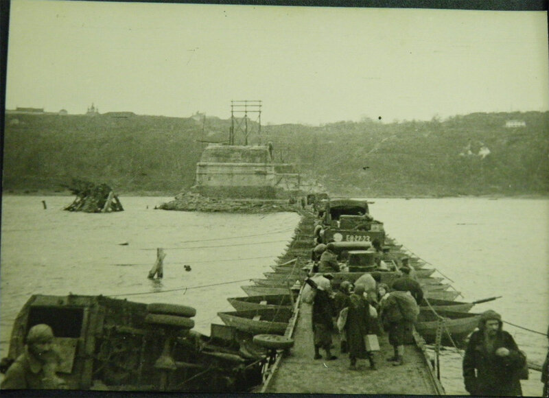 Советский понтонный мост через Днепр построенный возле быков моста им. Е.Бош, хотя сам этот мост был построен на быках Николаевского цепного моста. Ноябрь-декабрь 1943 года.