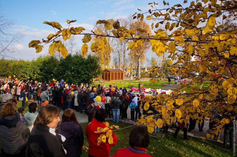 Олимпийский огонь встречают в городском саду г. Тверь