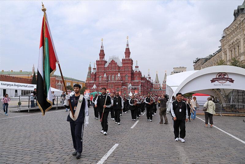 По главной площади с оркестром.
