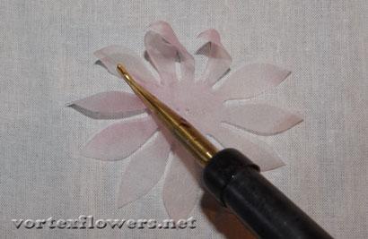 Цветок из ткани своими руками.
