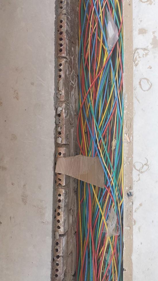 8. А вот штраба для проводов в стене.
