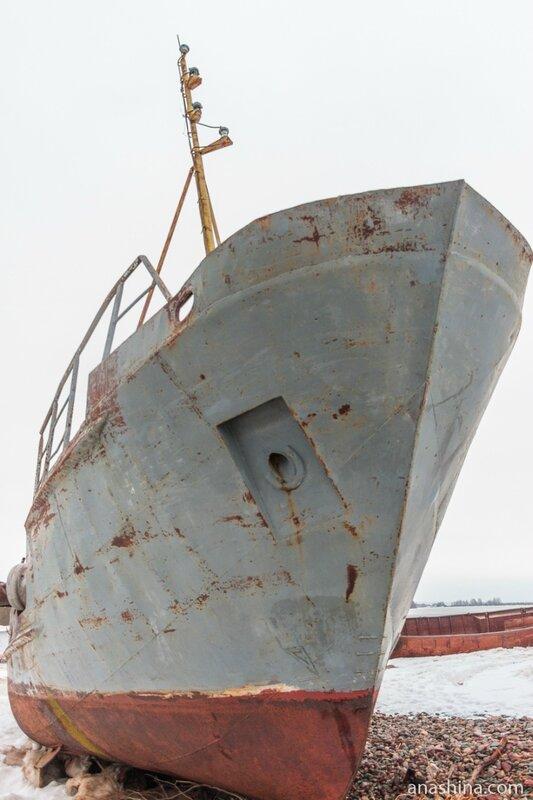 Старое судно на берегу