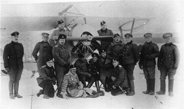 Лётный состав 26-го Корпусного Авиаотряда на Румынском фронте. 4-й справа Петрожицкий И.И., 5-й справа (на крыле) поручик Калинин К.А. (затем стал авиаконструктором), зима 1917 г..jpg