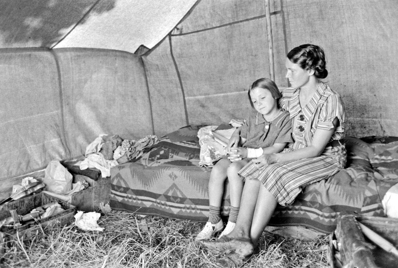 Внутри палатки сезонного рабочего на берегу реки Арканзас, Оклахома, 1939