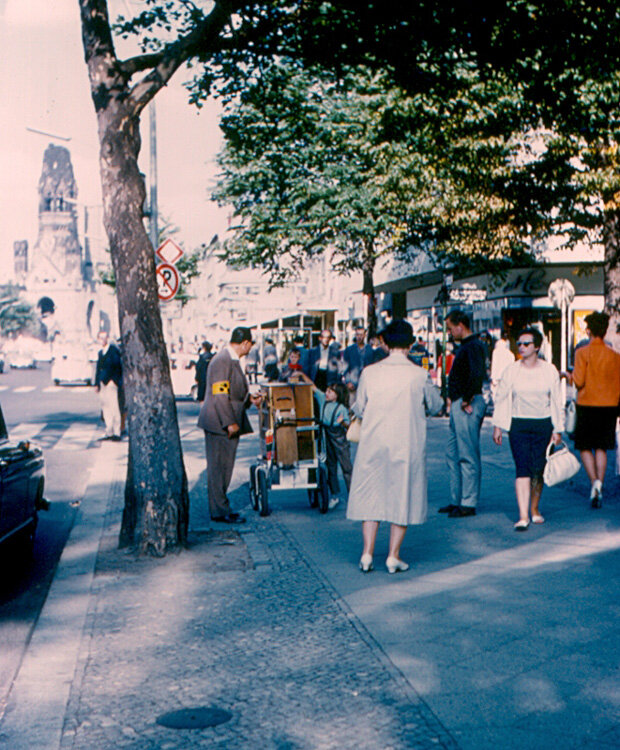 1963. Тротуар на Курфюрстендамм