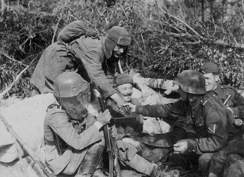 1941.Два русских военнопленных беседуют с немецкими солдатами из Ваффен-СС