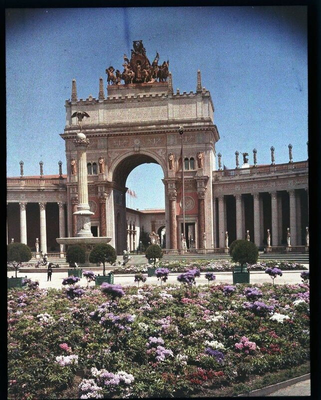 1915 Panama-Pacific-Exposition The Flower beds at the Arch of the West.jpg
