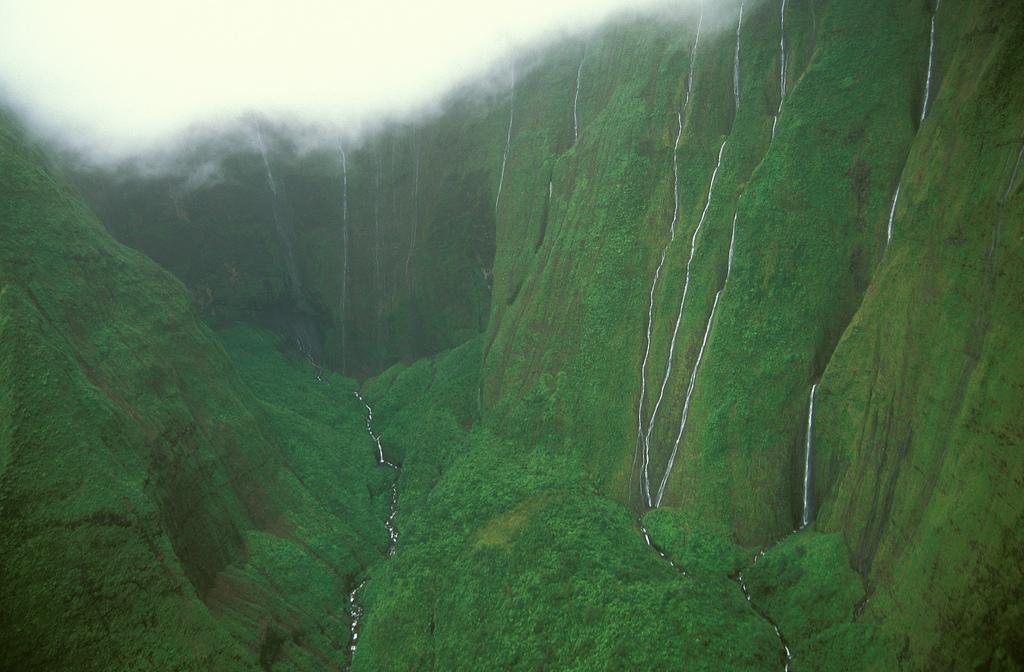 Стена слез: водопад Хонокохау на Гавайях