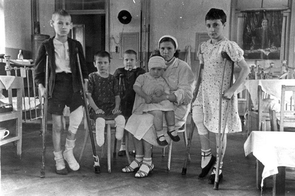Раненые дети в палате Ленинградского государственного Педиатрического института. 1942 г. Ленинград.