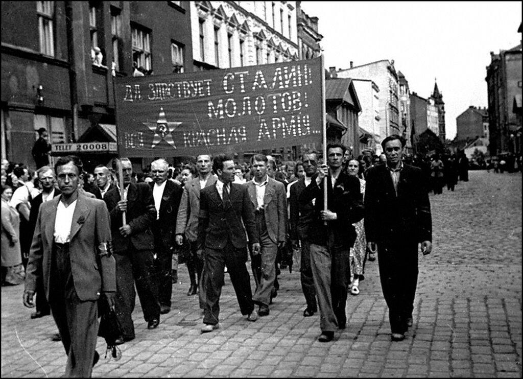 Демонстрация трудящихся г.Риги в знак одобрения вступления советских войск в Латвию. Июнь 1940 г.