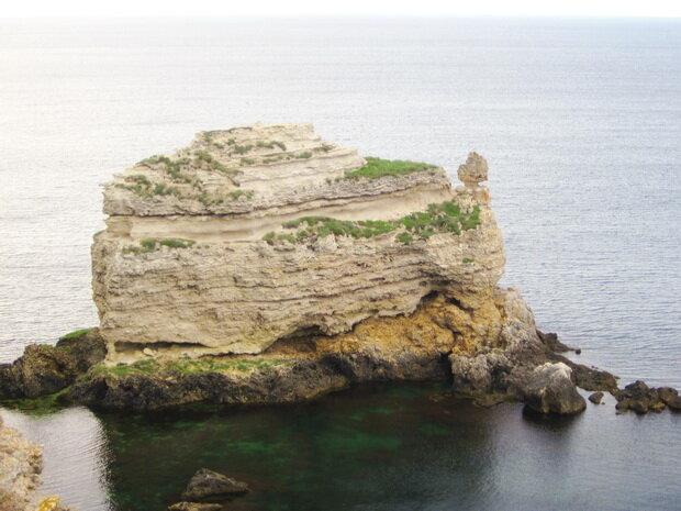 Красивая скала в море