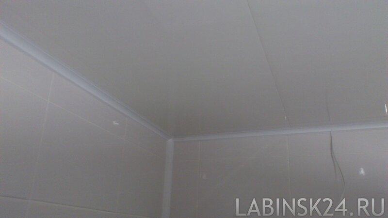 Пластиковый плинтус на потолке в ванной комнате. Стык сделан белым силиконовым герметиком