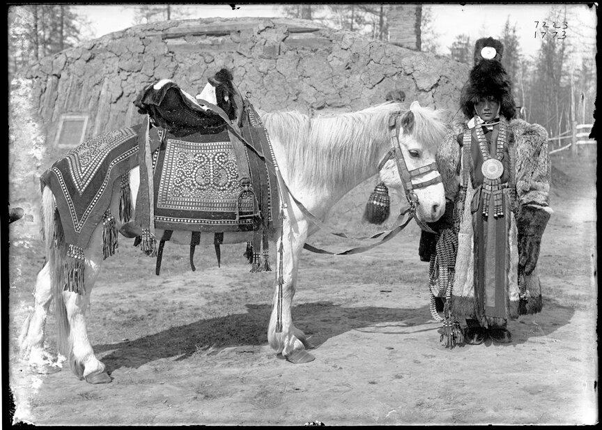 Невеста якутка из зажиточной семьи рядом с лошадью, 1902