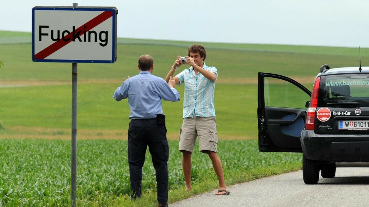 Tourists-take-pictures-of-the-road-sign.jpg