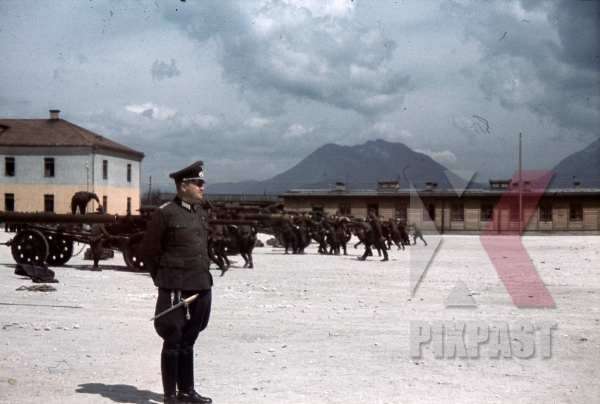 stock-photo-austrian-officers-4th-mountain-division-enzian-gebirgsartillerieregiment-94-lohengrin-kaserne-innsbruck-1940-12169.jpg