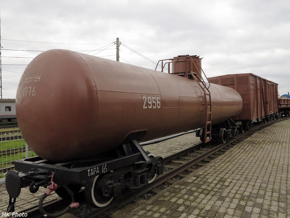Цистерна и крытый вагон