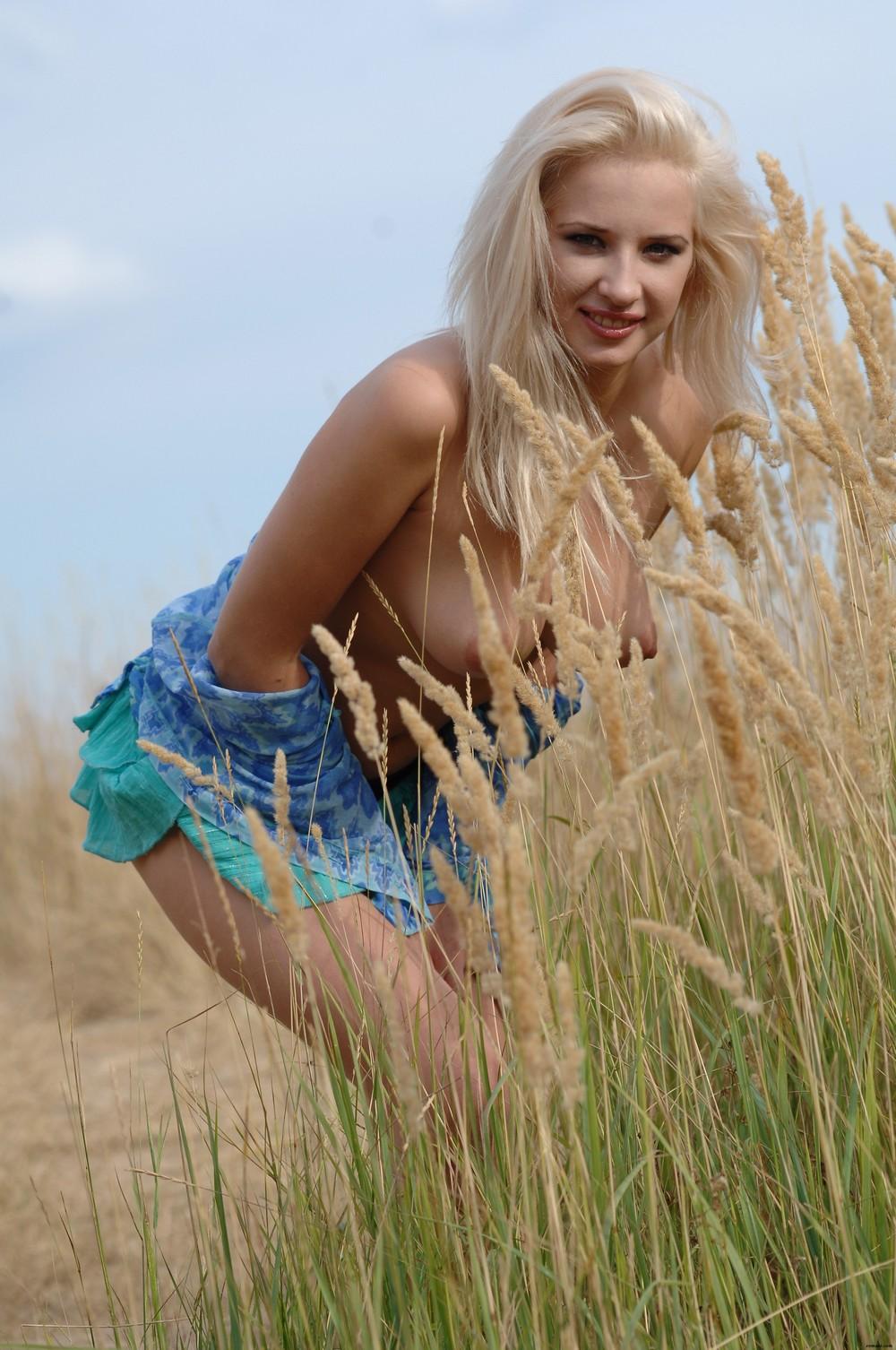 Белокурая Magda на проселочной дороге