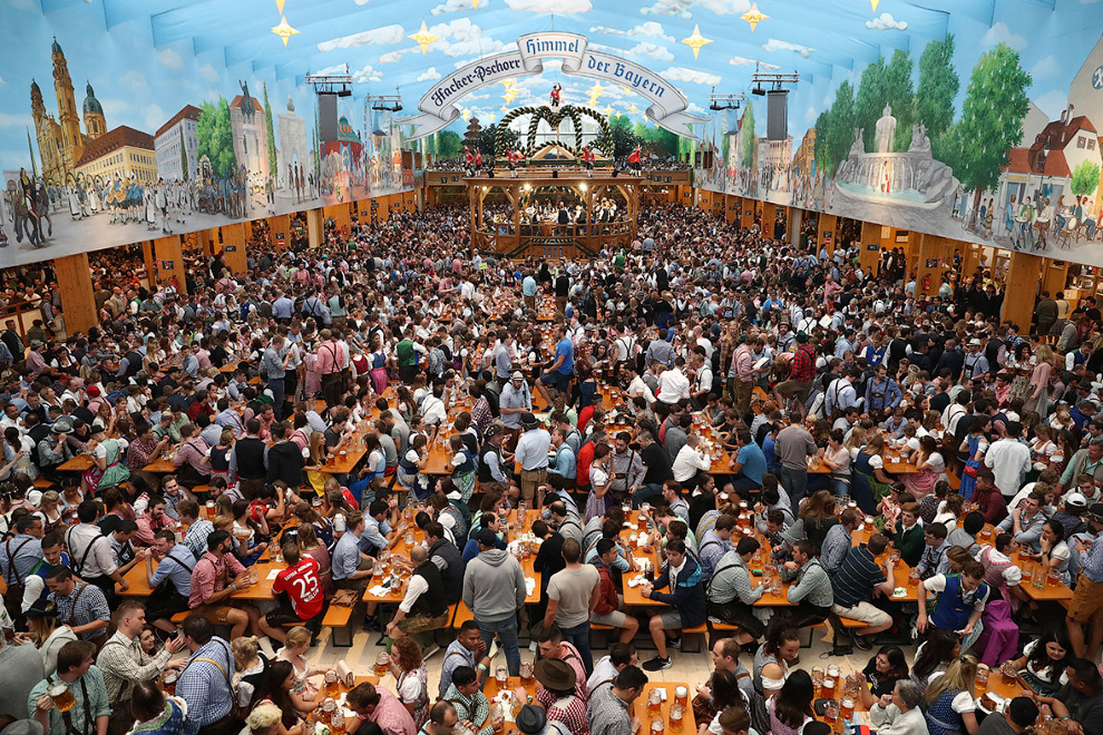 4. Выбивание затычки из первой пивной бочки действующим мэром Мюнхена происходит ровно в 12:00 под п