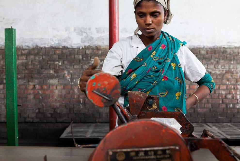 Дети составляют около 10% всех рабочих кирпичных заводов. Этой девочке 10 лет:  Производство