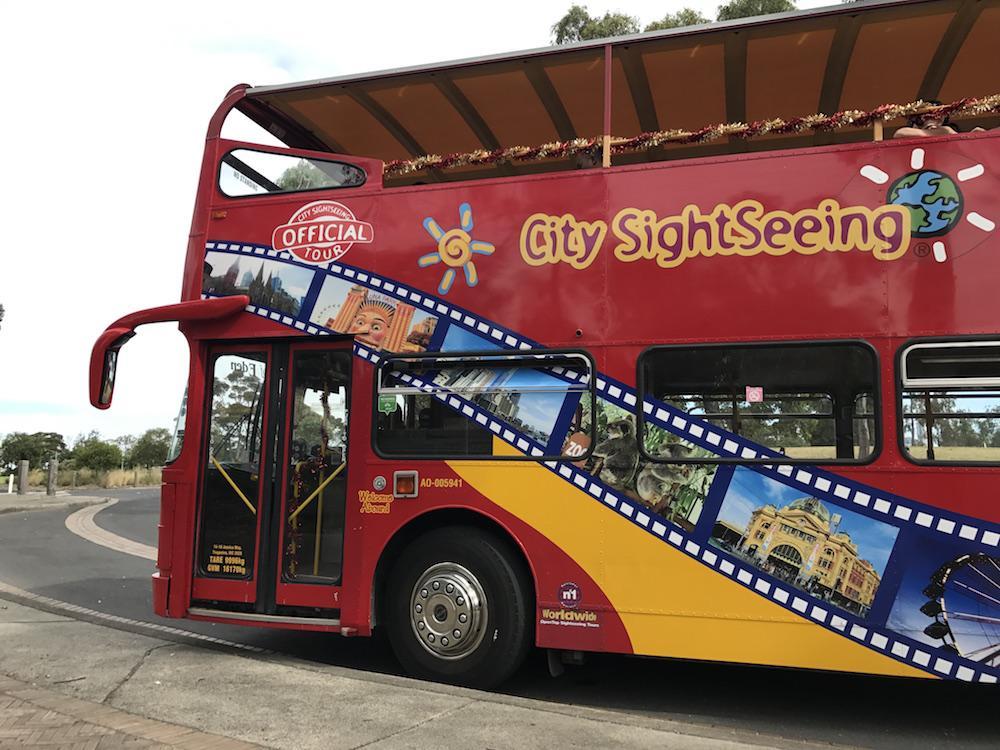 Окрыленные своим успехом в зоопарке, друзья решили бесплатно покататься на туристическом автобусе. Н