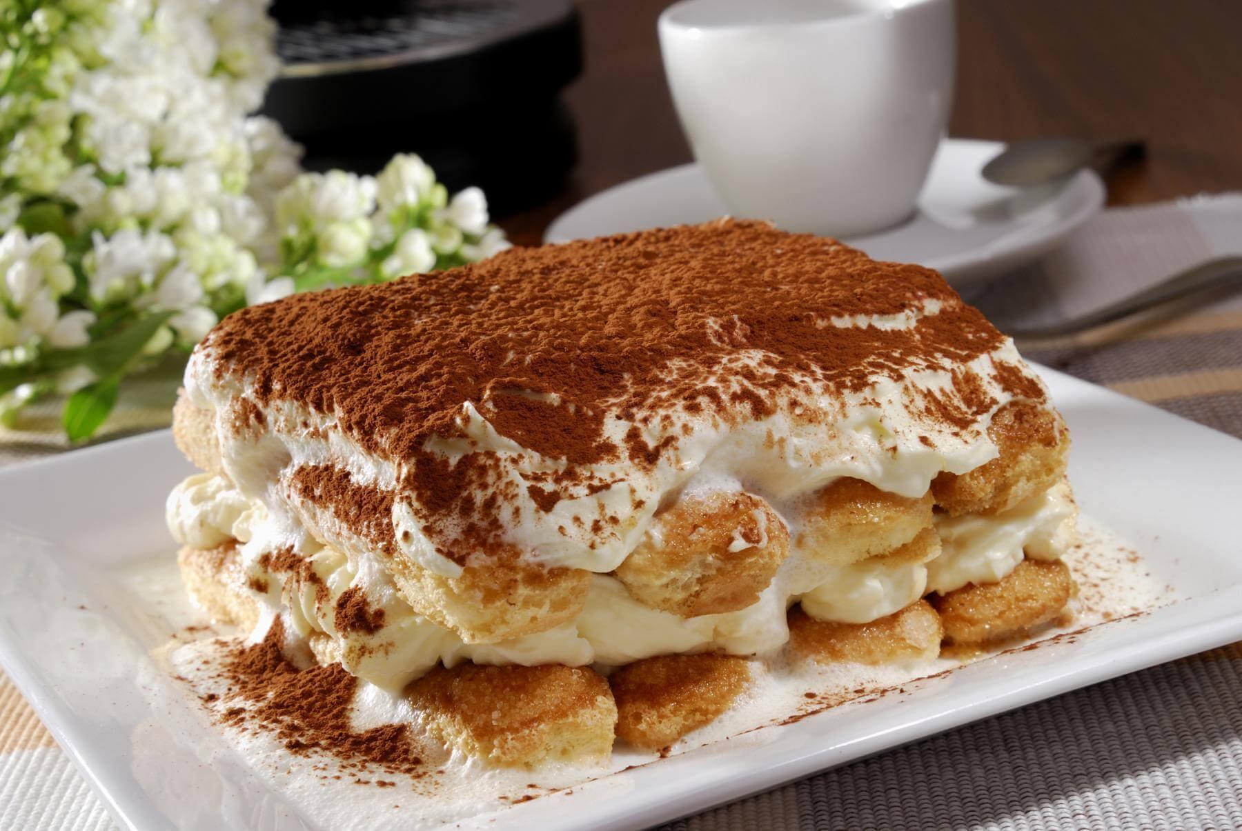 Тирамису. Это итальянский десерт, который готовят из печенья, предварительно замоченного в кофе, яич