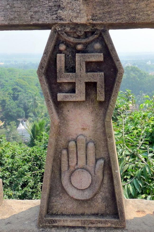 На протяжении 3000 лет свастика была символом приветствия и пожелания удачи, до того как Гитлер поло
