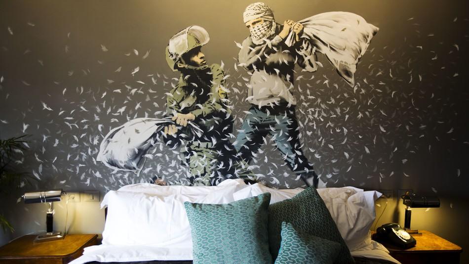 В «комнате Бэнкси» изображено граффити, на котором дерутся подушками израилец и палестинец.