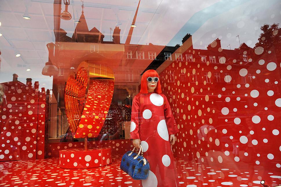 Яёи Кусама в оформленной ею витрине бутика Louis Vuitton в Нью-Йорке в 2012 году. Фото: Nils Jorgens