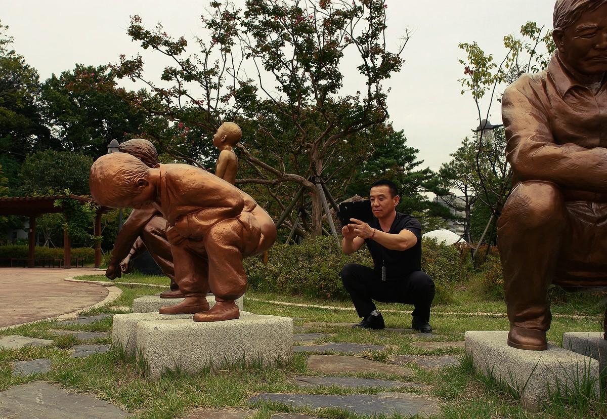 25. Другое дело — парк какашек в пригороде Сеула. На нескольких сотнях квадратных метров корейцы во