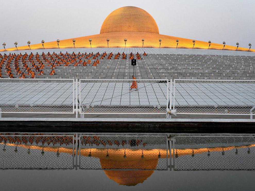 5. Праздничная церемония в храмах проходит следующим образом: буддисты три раза обходят алтарь