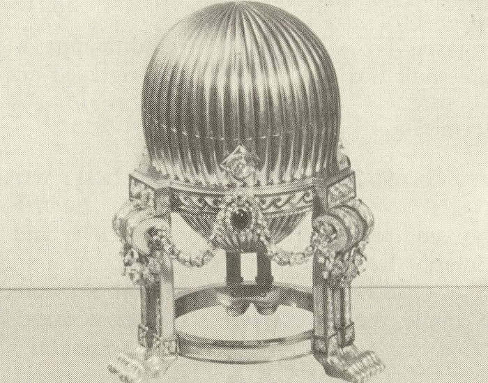 Яйцо Фаберже — подарок императора Александра III супруге Марии Федоровне на Пасху в 1887 году. Амери