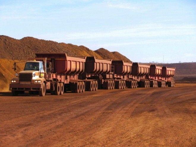 Иногда случается нагнать негабаритный, суперогромный грузовой транспорт. Он всегда движется в сопров