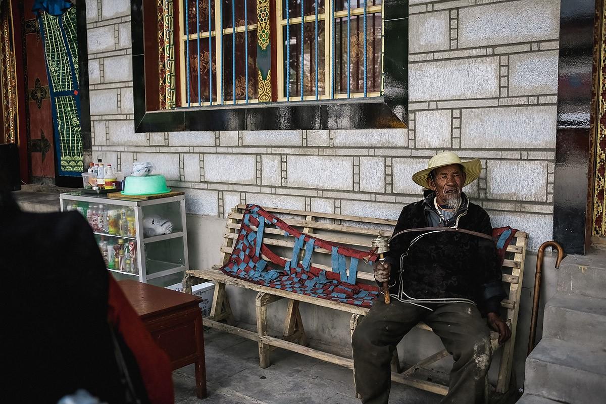 7. На пути к монастырю есть несколько магазинчиков, где можно купить воду, чипсы и т.д. Или просто п
