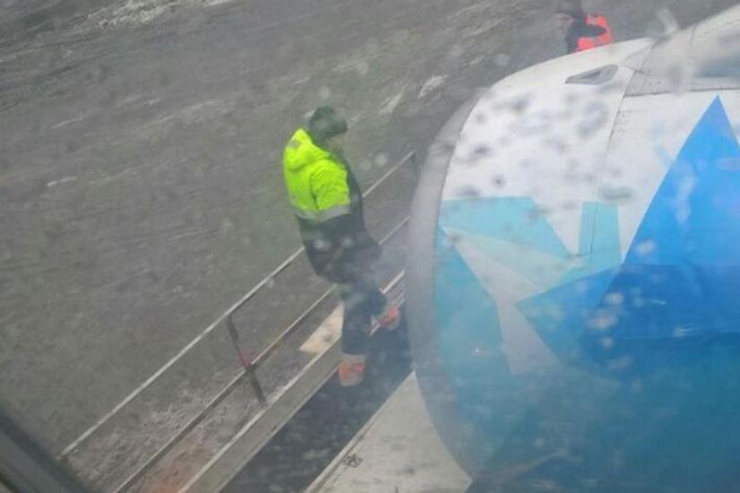В «Пулково» погрузчик въехал втурбину самолета ссимволикой «Зенита»