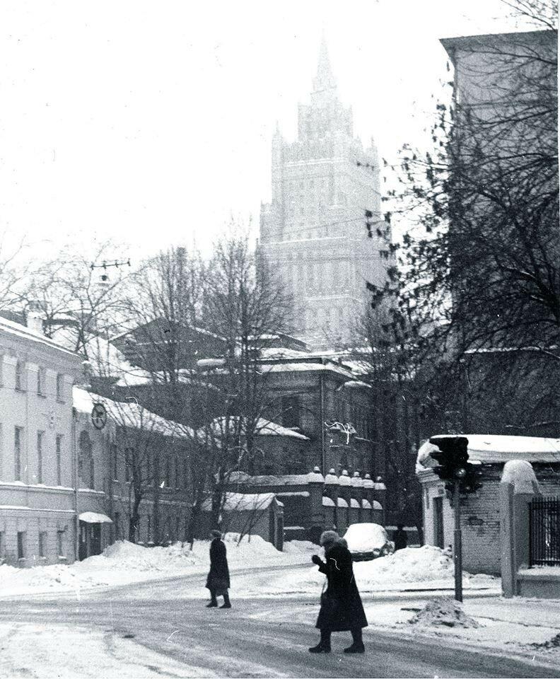 Перекресток улицы Щукина (Большого Лёвшинского переулка), улицы Веснина (Денежного переулка) и Малого Лёвшинского переулка. А Рубинин