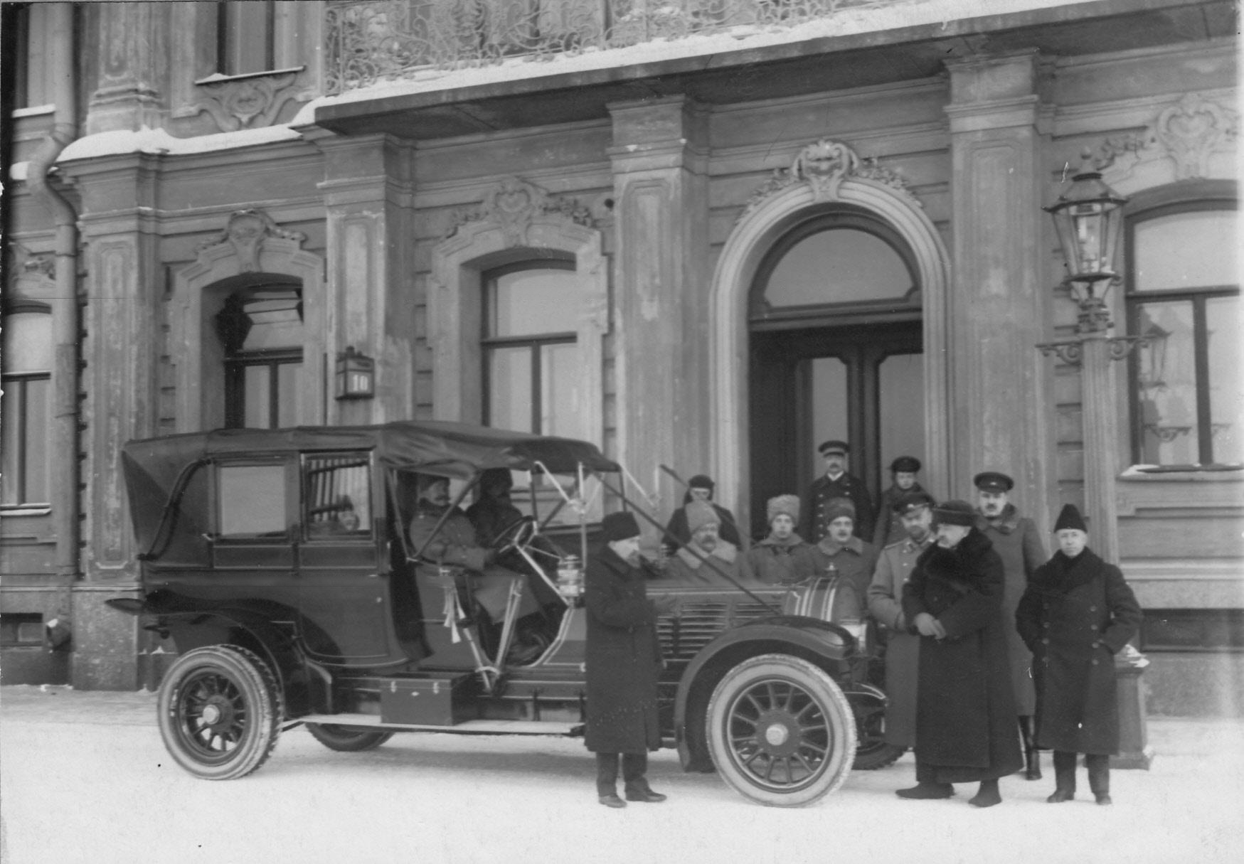 Группа членов Императорского Российского автомобильного общества перед дворцом великого князя Михаила Александровича