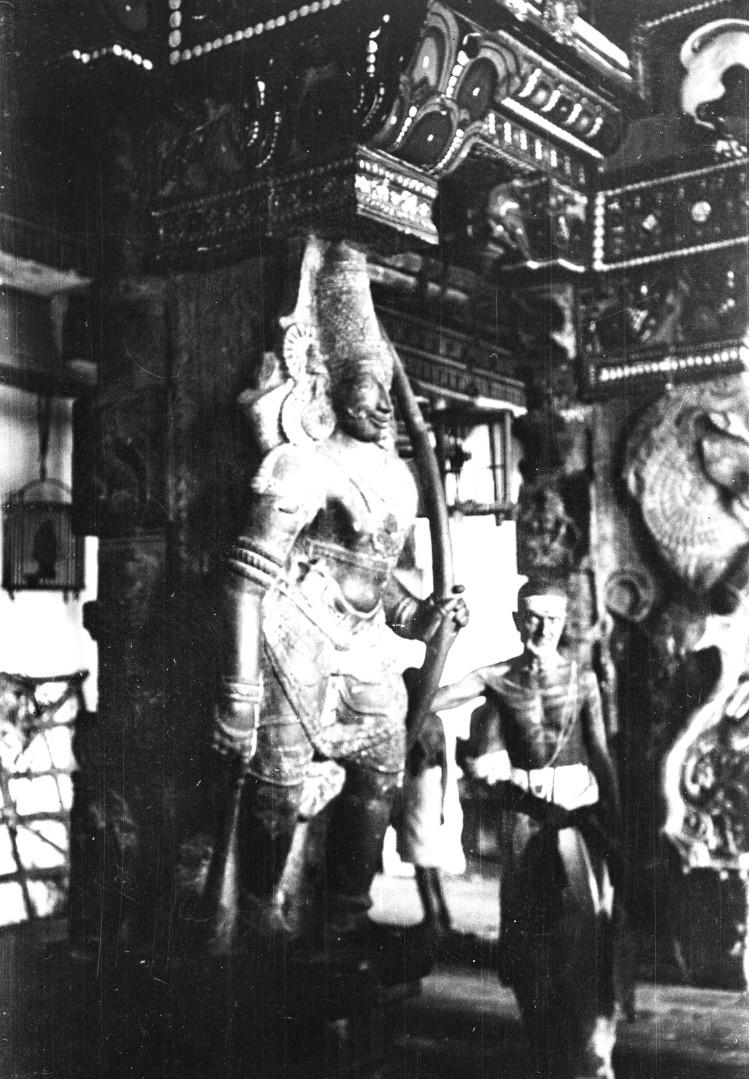 457. Мадрас. Каменная статуя индуистского божества