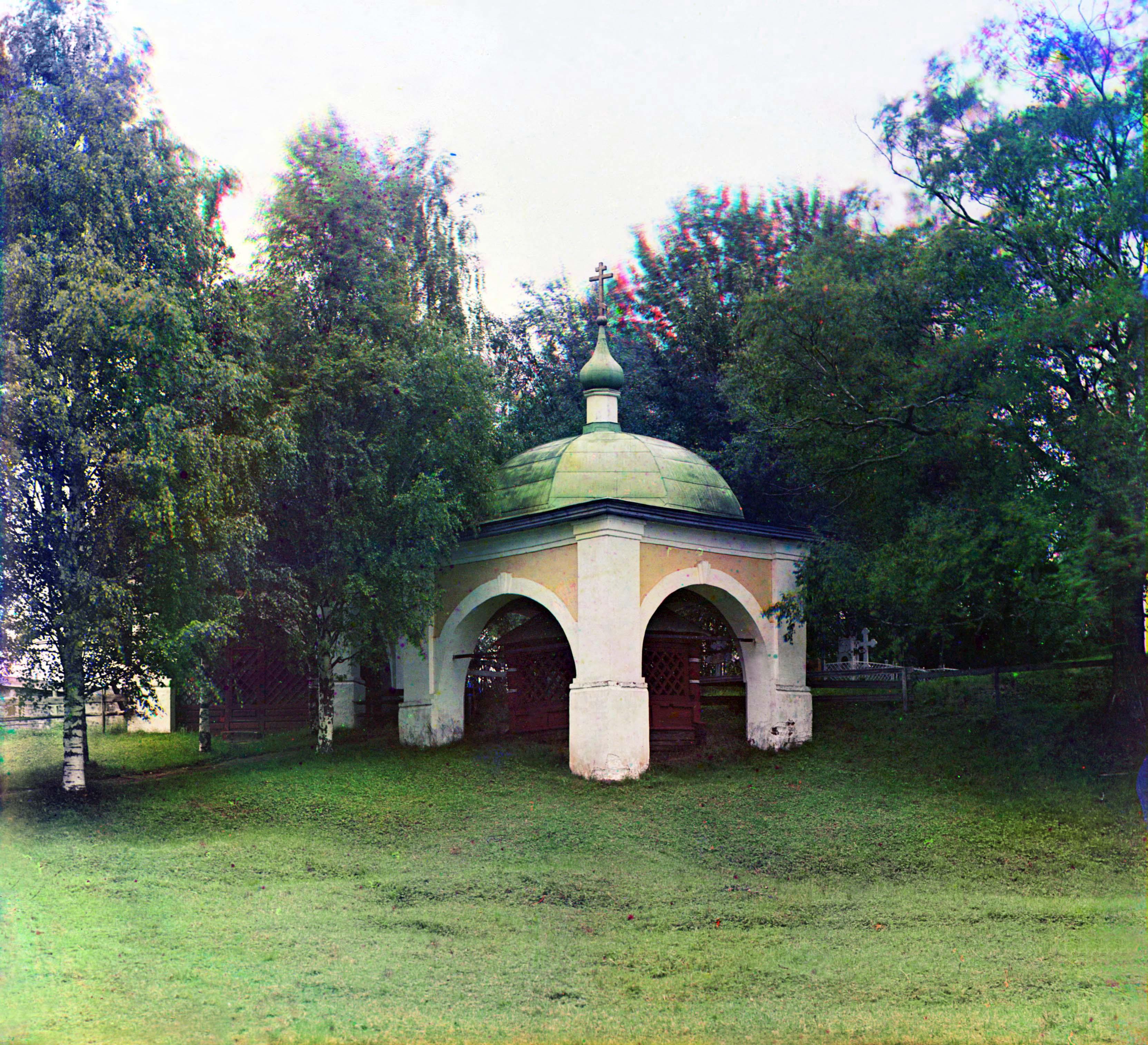 Кирилло-Белозерский монастырь. Крест и часовня, где молился Преподобный Кирилл